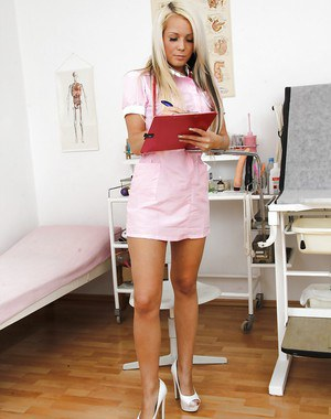 Smiley gyno nurse taking off her panties and toying her juicy slit