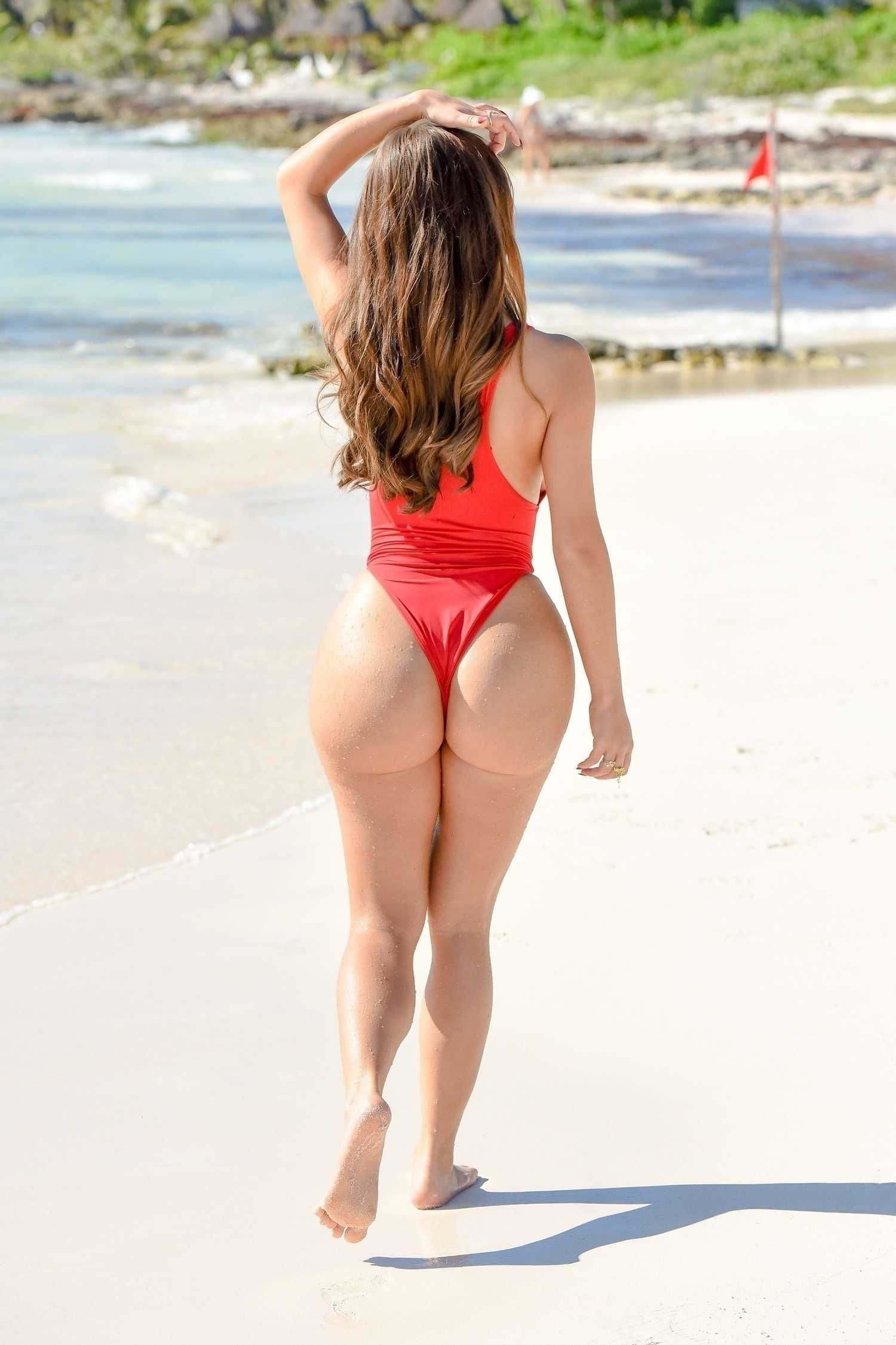 Kylie rose heads to the beach