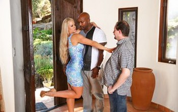 Cuckold housewife Holly Heart sucks Nat Turner's bbc & gets huge mouthful