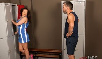 Fantastic female athlete Sarah Snow reveals her hot curves in the locker room