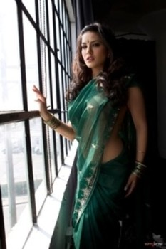 Stunning erotic Sunny Leone in sheds sheer sari revealing her flawless body