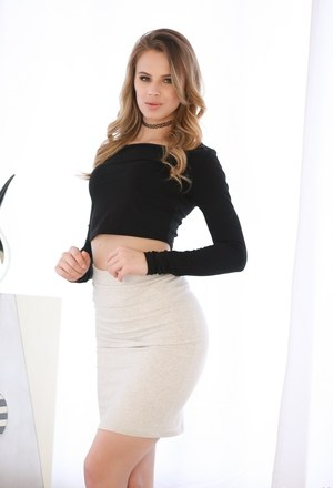 Attractive babe Jillian Janson stripping and showing her lovely body