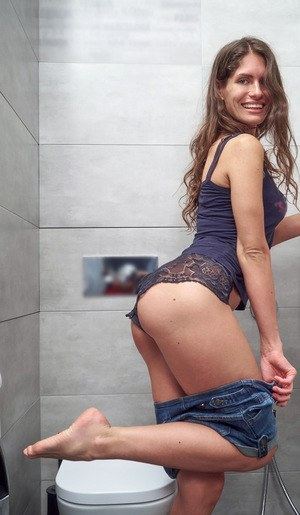 Smiling Lana Stotch spreading legs to finger in the shower & pinch her nipples