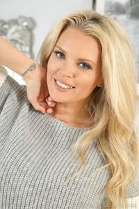 Blonde hottie Porchia W reveals her fake bosoms and poses in undies
