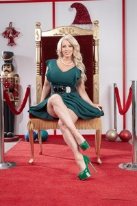 Big boobed mature bombshell Alura Jenson gets dicked by a little elf