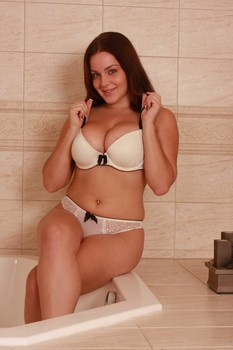 Beguiling amateur Natasha shows her juicy bosom and poses in a tub