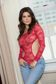 Hot Indian pornstar Sunny Leone sheds her jeans to flaunt perfect her curves